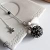 Pendentif original de grossesse bola fleurs noires