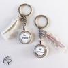 Porte-clefs dentelle crème et suédine blanche à offrir aux atsem