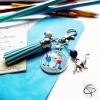 Porte-clef avec dessin d'enfant fait main et mis dans un médaillon en verre