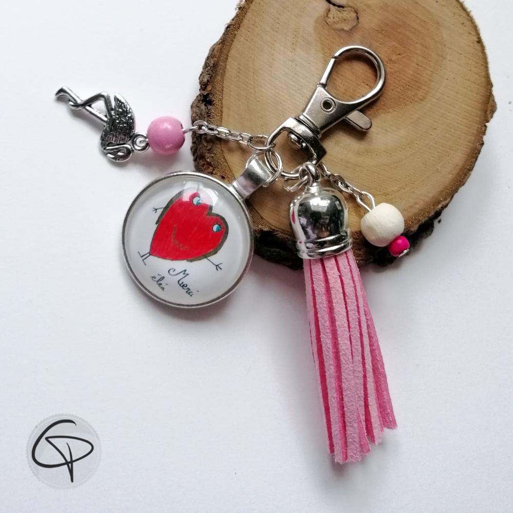 Porte-clé pompon rose avec dessin fait par une petite fille