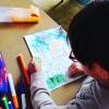 Enfant dessinant un dessin pour créer un porte-clé