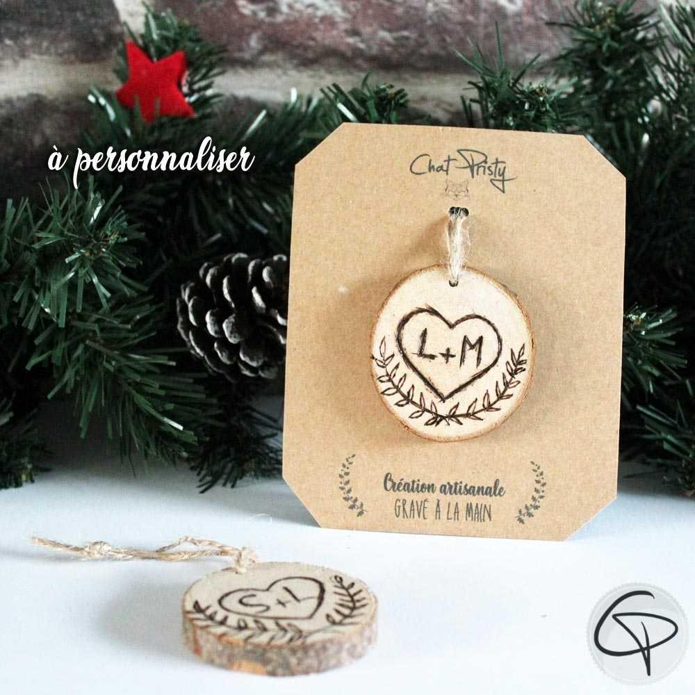 suspension de Noël avec un coeur gravé avec initiales à accrocher dans le sapin
