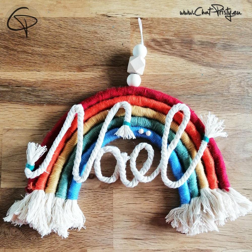 Arc-en-ciel fabriqué main en laine avec prénom d'enfant en guise de cadeau de naissance original