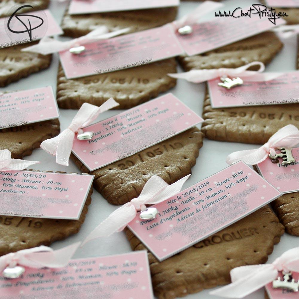 Biscuits modelés à la main par un petit créateur pour faire-part naissance