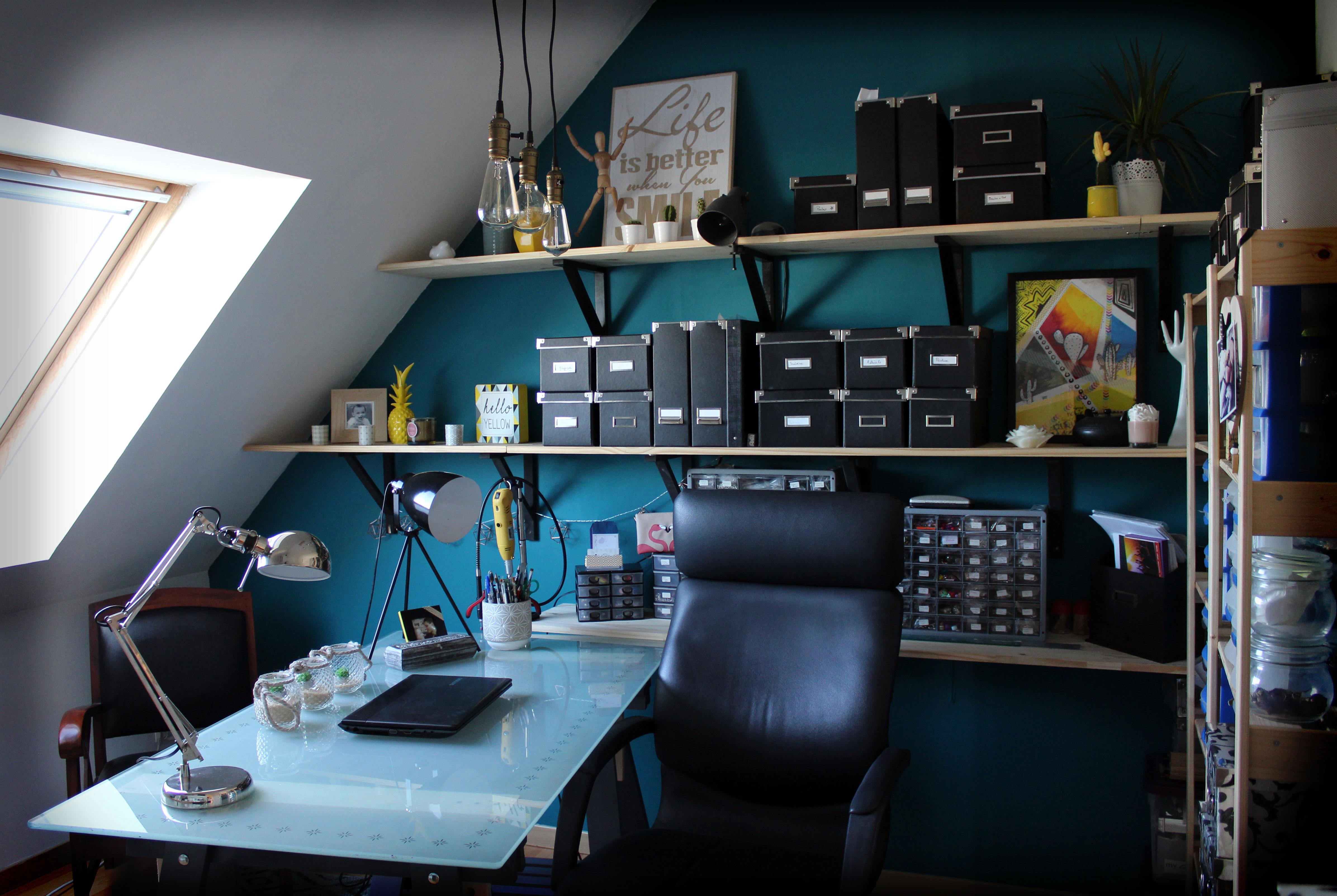 Vue sur le bureau et les rangements de l'atelier