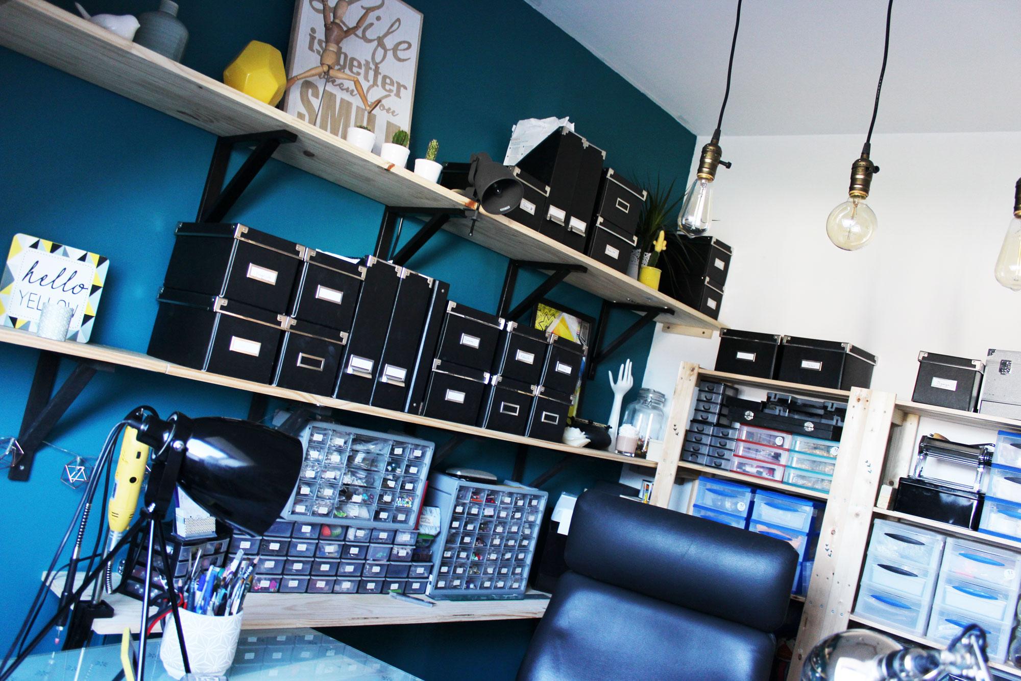Les nombreuses étagères de rangement de l'atelier