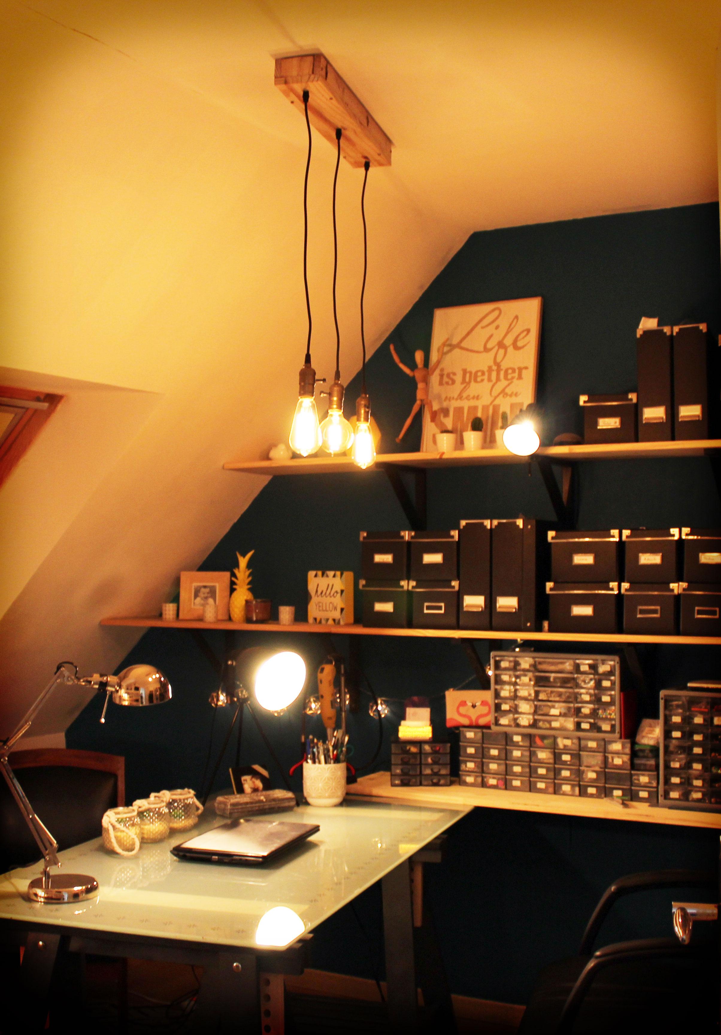 Vue tamisée du bureau avec les lampes vintage